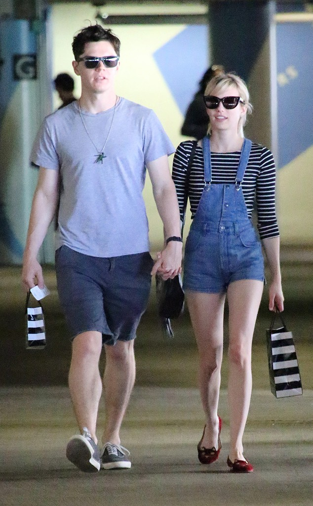 rs_634x1024-150904173218-634.Emma-Roberts-Evan-Peters-Hand-Holding.ms.090415